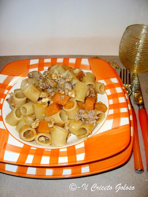 Mezzi rigatoni  con zucca, salsiccia e noci