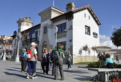 Un grupo de senderistas en los alrededores del ayuntamiento de El Espinar. Foto Pedro Merino