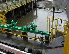 大排水溝連通之閘門,正常時關閉,報備時打開,廢污水直接放流後勁溪 。照片提供:環保署