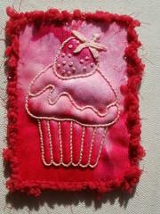 Strawberry cupcake (fatquarter (Annet)) Tags: atc embroidery cupcake frenchknots trapunto wovenpicot portuguesestemstitch paddedsatinstitch