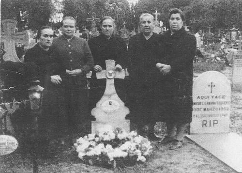 En el cementerio.