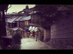 It's getting late in Higashiyama (Japan) (Shanti Basauri) Tags: street houses japan architecture japanese evening calle kyoto traditional 京都 日本 kioto kansai casas kale 関西 zaharra ilun japón higashiyama 東山 itzala japonia etxe 通り
