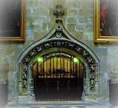 Capilla de la Catedral de Sevilla (tetegil) Tags: espaa sevilla puerta iglesia marmol piedra capilla catedraldesevilla nikond60 hierroforjado fototetegil