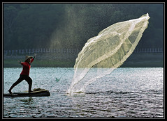 F_DDF_3065-漁夫-Fisherman-撒網-Swing out a fishing net-膠筏-Raft-明德水庫-苗栗縣-Miaoli County-台灣-Taiwan-中華民國-Rep of China-Nikon D700-Nikkor 70-200mm (May-margy) Tags: net out fishing fisherman taiwan swing raft 台灣 中華民國 明德水庫 苗栗縣 miaolicounty 漁夫 膠筏 nikkor70200mm nikond700 repofchina 撒網 maymargy 廖藹淳