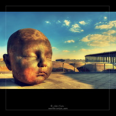 La noche (Julio_Castro) Tags: madrid nikon escultura ave cielo cabeza nubes estacion bebe atocha nikond700 juliocastro olétusfotos