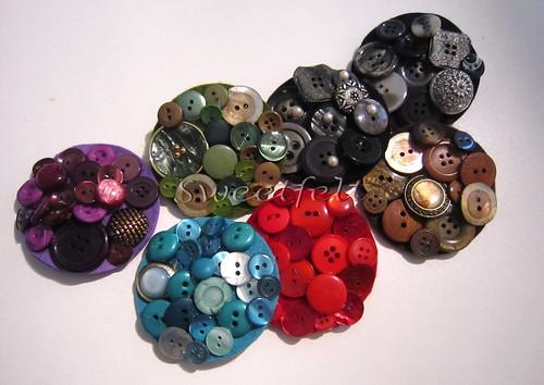 ♥♥♥ Era uma vez uma caixinha de botões, que morava em casa da minha mãe,e que morriam de vontade de se tornarem lindas pregadeiras ... by sweetfelt \ ideias em feltro