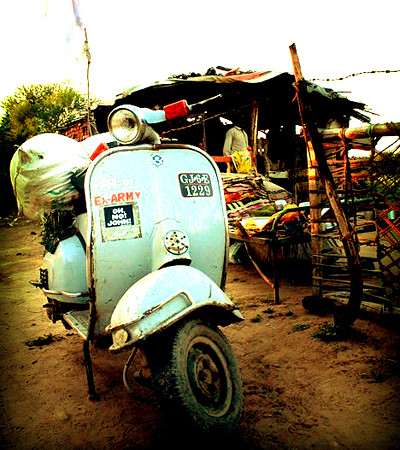 A nice Vespa in Baroda (India) with OH,NO!JOHN! by OH,NO!JOHN! - www.ohnojohn.com