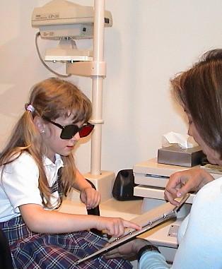 El TNO, que consiste en láminas de puntos más o menos uniformes y dispuestos al azar. En este test se utilizan unas gafas rojo/verde para separar las imágenes vistas por cada ojo. La estereopsis que mide oscilará entre 480″ y 15″ de arco a una distancia de 40cm.