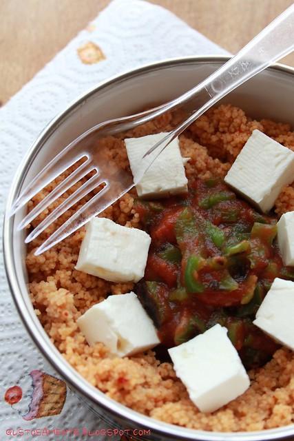 Cous cous piccante con ragù di peperoni e feta