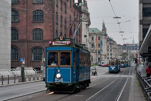 Der A-Wagen führt den Korso in der Prielmayerstraße an, im Hintergrund sind der D/f-Zug, der Heidelberger und der M4-Zug sichtbar