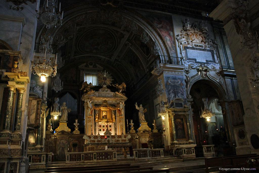 Derrière l'autel, l'orgue