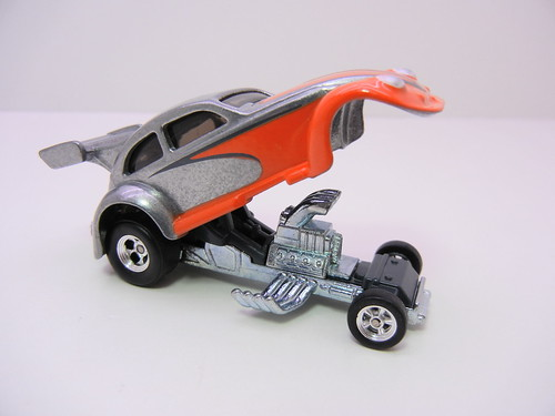 2011 HOT WHEELS GARAGE 30 CAR