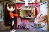 Vim comprar frango! (LaraRocha) Tags: parque miniature photo casa doll blythe miniatura dollhouse casinha varanda blythes blyhte casadeboneca dollphotos photodoll casablythe dollcabelorosa blythecabelo