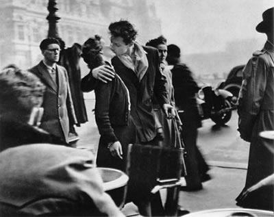 El beso del Hôtel de Ville (1950, Robert Doisneau)
