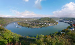 A magnificent view on the largest bend of the Rhine river (Bn) Tags: world panorama holiday heritage river germany season geotagged boats deutschland site vines topf50 europe wine bend ships churches kirchen cargo unesco upper valley middle fluss viewpoint rhine altstadt topf100 rhein unescoworldheritage rheinland oldcity hamm rijn steep chairlift duitsland riesling blackdiamond boppard rheinlandpfalz slopes mittelrheintal mhltal sesselbahn 100faves 50faves filsen vrachtschepen gedeonseck stoeltjeslift romanesquechurches romanischekirchen winegrowers boppardamrhein bopparder geo:lon=7572606 geo:lat=50243864
