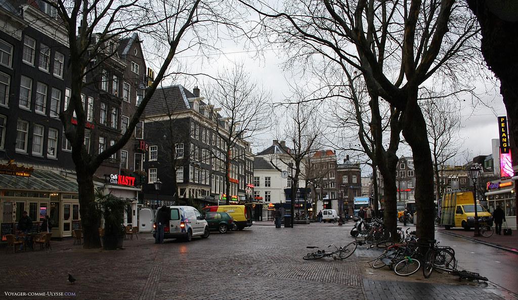Les vélos sont déposés un peu partout. Il n'y a pas foule, on étouffe jamais à Amsterdam.