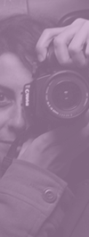 Sostener y manejar una cámara fotográfica (CC BY kimulimuli.com)
