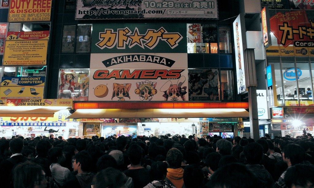 So many people are rushing in front of GAMERS Akihabara for free poster.