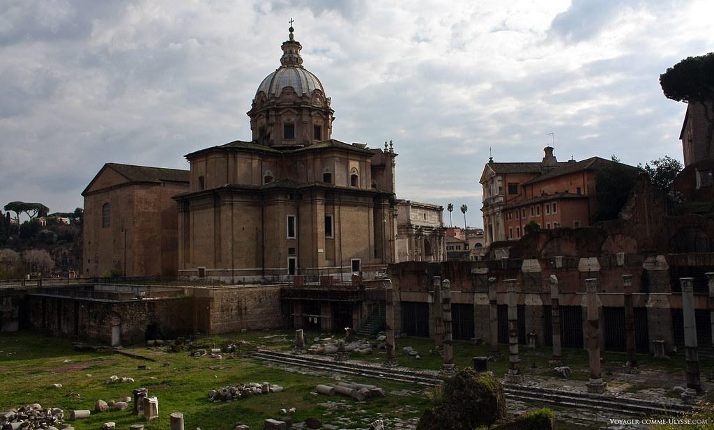 Forum de César. Au fond, derrière l'église de Santi Luca e Martina, on aperçoit l'Arc de Septime Sévère
