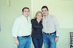 OK 4775 Martha Isabel con Armando Garza y Javier Garza.