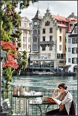 Switzerland -  Coffee break in Luzern (www.pedroferrer.com) Tags: flowers portrait woman house alps flores verde green coffee rio fleurs alpes canon river photography eos schweiz switzerland newspaper casa cafe mujer photographer suisse suiza retrato luzern haus blumen paisaje vert medieval grn svizzera mesa fotgrafo lucerna cofee zeitung periodico lucern barandilla fotografa alpino kafee 50d eos50d neueluzernerzeitung canoneos50d bernoberland fieraz pedroferrer httppedroferrerfotografiablogspotcom pedroferrerfotografia oberlandbernes httpwwwpedroferrercom pedroferrercom