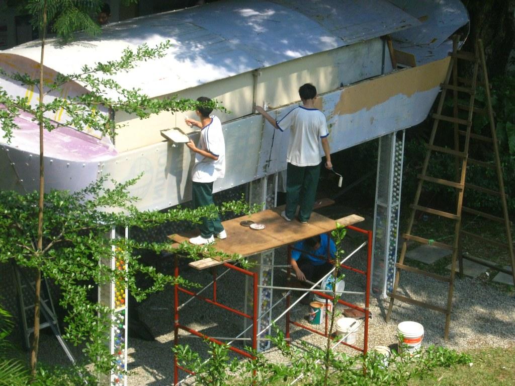 培中學生正在彩繪方舟