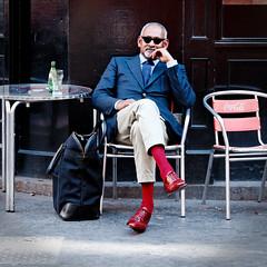 Chaussures et chaussettes rouges. Il y a du courage.. (Paolo Pizzimenti) Tags: paris café rouge paolo olympus zuiko lunette homme chaussures courage e5 valise perrier élégance chaussettes pellicule filmdxo