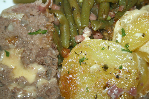40 - Gefüllter Hackbraten mit Speckbohnen / Stuffed ground meat roast with bacon beans - CloseUp