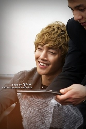 "Kim Hyun Joong ""Lucky Guy"" Fan Sign at Gangnam [111023]"