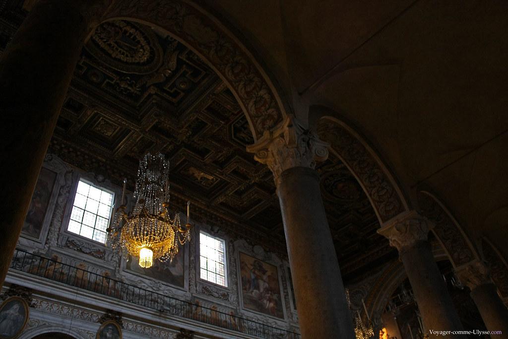 La richesse de la décoration est bien visible sur cette photo, entre les tableaux, le lustre, le plafond ou les colonnes…
