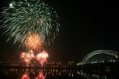 Runcorn Fireworks Display 2011 (Martin Peers) Tags: cheshire fireworks canon5d bonfirenight pyrotechnics widnes halton manchestershipcanal rivermersey runcornbridge peelholdings widnesbridge widnesruncornbridge canon2470mml28usm