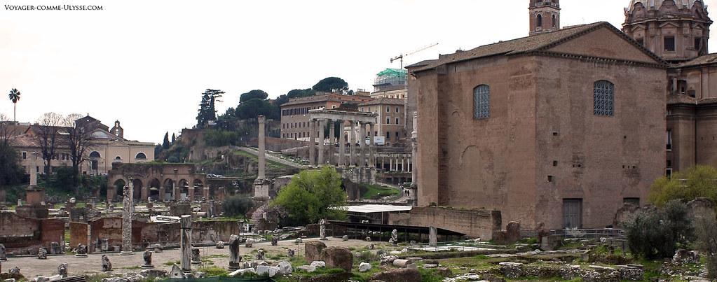 Ruinas do Forum Romanum, o Velho Fórum. À direita, o edifício retangular é a Cúria Romana, centro do poder romano onde se reunia o Senado. No centro de fotografia, vê-se as colunas do templo de Saturno.