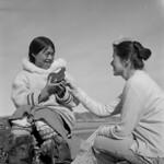Alma Houston and another woman looking at a bird sculpture / Alma Houston et une femme qui regardent une sculpture représentant un oiseau thumbnail