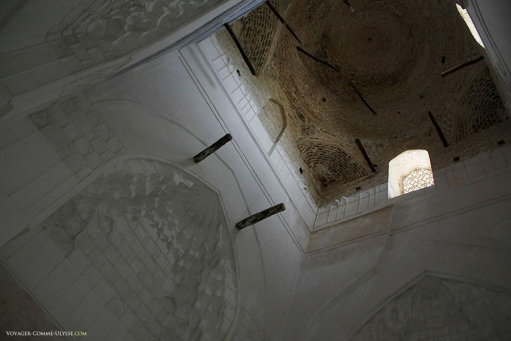 Intérieur du mausolée de Jehangir, et sa coupole toute en brique.