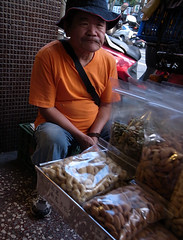 :  (wee_photo) Tags: street candid chinese taiwan snap wee vendor taipei   ricoh hawker    grd    grd3