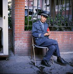 La sduction de l'uniforme ((stephenleopold)) Tags: portrait shanghai chaise assis chine uniforme gardien kiev88cm taikanglu fujiproh400 virela10 gardela9
