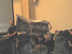 Tierrechtsaktivisten halten Banner hoch