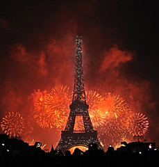 Tour Eiffel et feu d'artifice 2011. (XavierParis) Tags: red paris france color tower arquitetura architecture rouge rojo arquitectura nikon torre tour fireworks eiffeltower