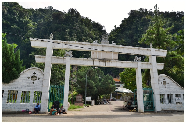 Entrance to Sam Poh Tong Cave Temple