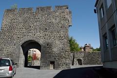 2011_08_28_0296 (Olivier_1954) Tags: porte chateau ville auvergne puydedome pontgibaud