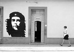 Santa Clara, 1999 (Riverman___) Tags: santa clara white black film blanco walking 50mm md mural y minolta 28mm negro havana cuba pedestrian 1999 communist che ilford fp4 guevara 125 x700 rokkor