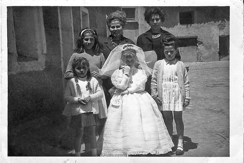 Ruth Magallon el dia de su 1ª comunion en la puerta de su casa