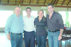 OK. 4777 Heriberto Deándar Martínez, Reynaldo Garza y Heriberto Deándar Robinson con la cumpleañera.