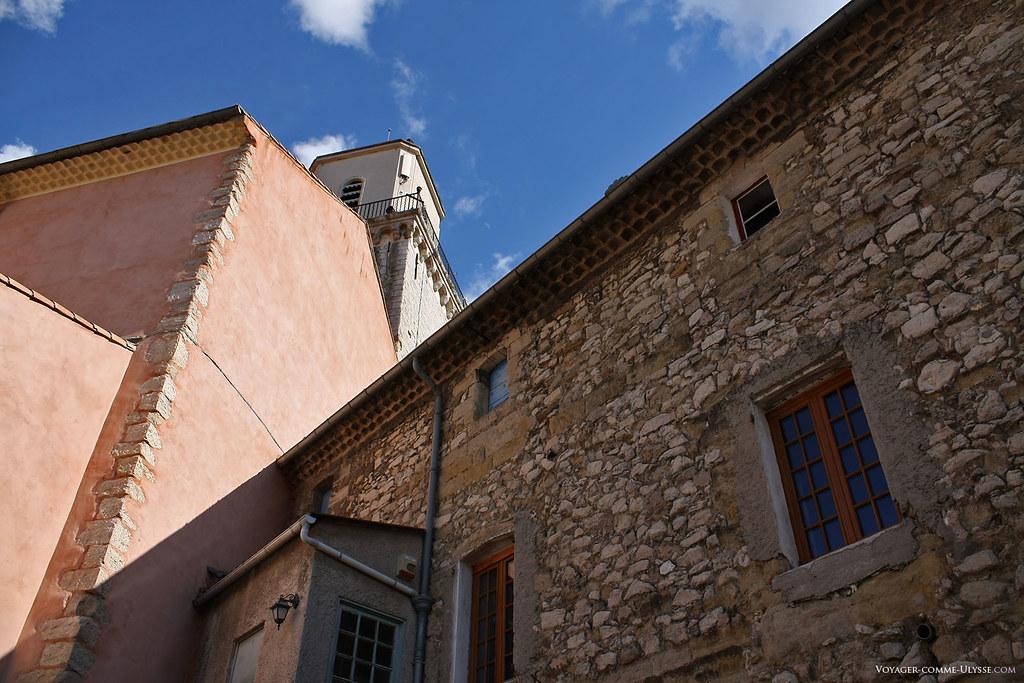 Vieille maison en pierre, adossée à l'église. On remarque les typiques corniches en tuile, visibles partout en Provence.