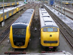 Plan U 195 en DM'90 3438(26-3-2004 Arnhem) (Ronnie Venhorst) Tags: 2004 berg train diesel ns arnhem nederland plan zug u trein spoor nedtrain spoorwegen buffel nsr spoorweg nederlandse stoptrein terzijde de3 dm90 treinstel dieseltrein buitendienst materieel dieseltreinstel dieseldrie afgevoerd atbng dieselmaterieel spoormaterieel
