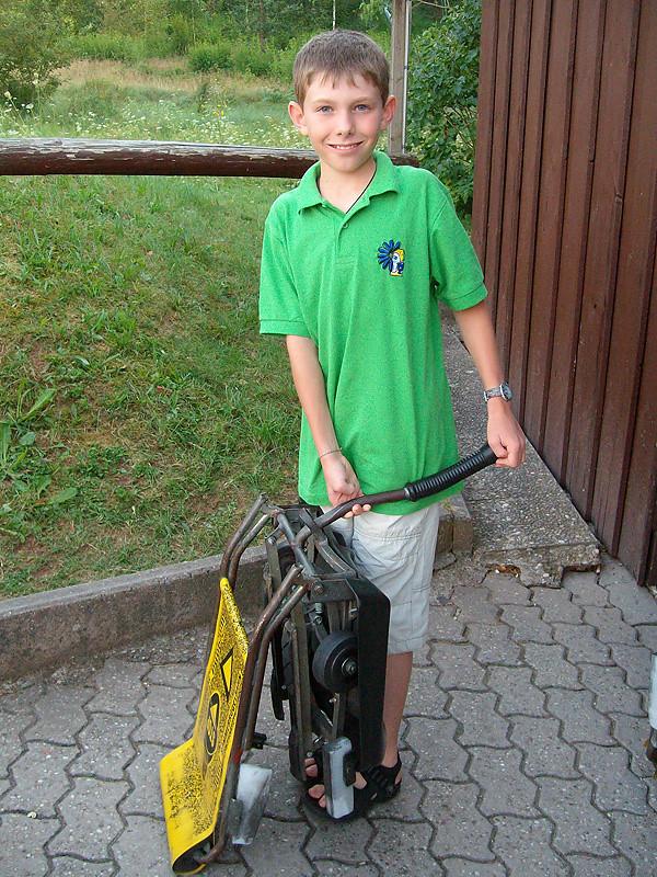 Kind mit Rodelwagen