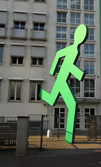 Grn (universaldilletant) Tags: green frankfurt skulptur grn rennen