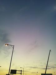 空と街灯とクレーンの写真