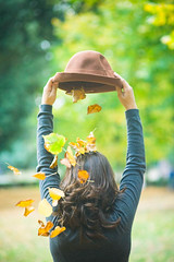 Pioggia di colore (Fran-cesca) Tags: autumn light color verde green girl hat leaves yellow foglie colore giallo autunno luce cappello ragazza valentina