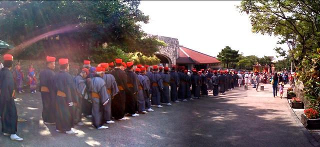 守礼門前で古式行列がスタンバイ中のパノラマ(琉球王朝祭り首里)
